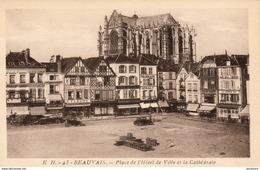 D60  BEAUVAIS  Place De L' Hôtel De Ville Et La Cathédtrale  ..... ( échafaudage Sur La Cathédrale ) - Beauvais