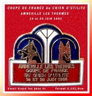 SUPER PIN'S CHIENS : COUPE DE FRANCE Du CHIEN D'UTILITE à AMNEVILLE LES THERMES En 1993, émail Grand Feu Base Or 2,1X1,9 - Animaux