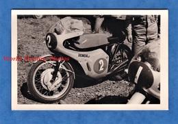 Photo Ancienne Snapshot - Lieu à Situer , MONZA ? - Belle Moto HONDA - Modèle à Identifier - Automobile