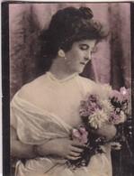FEMME AVEC BOUQUET. COLORISE. CARD TARJETA COLECCIONABLE TABACO. CIRCA 1915 SIZE 4.5x5.5cm - BLEUP - Personen