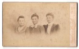 Fotografie Gassler & Hartelt, Trier, Portrait Drei Damen Mit Zeitgenöss. Frisuren In Eleganten Kleidern - Personnes Anonymes
