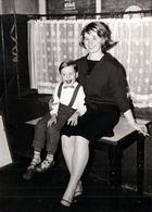 Photo Originale Joli Portrait Souriant D'une Maman Pin-Up & De Son Fiston Vers 1960/70 - Pin-Ups