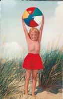 ENFANTS à LA PLAGE. FILLETTE En Short Rouge, Debout Tenant Un Ballon à Bout De Bras. N°69 - Scenes & Landscapes