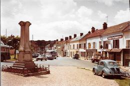 THOIRY (78)  MONUMENT AUX MORTS - HOTEL DU COMMERCE- 4 CV RENAULT  Photo Originale 1966 PORAS COMBIER CIM Imp Macon - Lieux