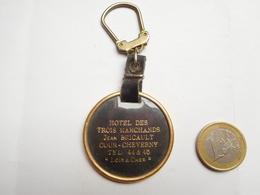 Porte Clés , Hôtel Des Trois Marchands , Jean Bricault , Cour Cheverny , Loir Et Cher - Porte-clefs