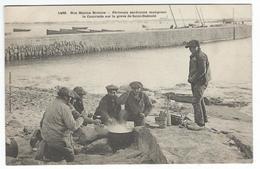 SAINT-GUENOLE (29) - Pêcheurs Sardiniers Mangeant La Cautriade Sur La Grève -   (tirage 1900) - Autres Communes