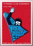 SUPER PIN'S PLONGEE : Club De PLONGEE ROANNAIS (Loire) En ZAMAC Base Noire, Clou Serti, Format 1,6X2,5cm - Diving
