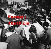 Reproduction D'une Photographie Ancienne D'une Jeune Femme Nue Allongée Sur Le Ventre Servant De Modèle En 1940 - Reproductions