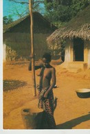 CP - PHOTO - AFRIQUE EN COULEURS - PILEUSE AU VILLAGE - 7623 - ÉCRITE DE BAMAKO - IRIS - P. CHARETON - Mali