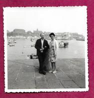 PHOTO 8,5 X 8,5 Cm ...COUPLE Devant Le Port De GRANVILLE (50) - Lieux