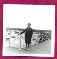 PHOTO 8,5 X 8,5 Cm ...FEMME Devant Le Port De GRANVILLE (50) - Lieux