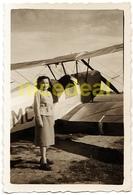 Ancienne Photo Amateur 6x9 Jeune Femme Avion Biplan Stampe & Vertongen SV-4 Voltige Entraînement Biplane Aircraft 1930 - Luftfahrt