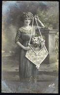 FEMME -  CP - Jeune Femme Avec Présentoir à Fleurs - Circulé  - Circulated  - Gelaufen - 1918. - Femmes
