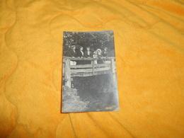 CARTE POSTALE PHOTO ANCIENNE NON CIRCULEE DATE ?.. ./ PERSONNES ANONYMES SUR PONT DE BOIS A IDENTIFIER. - Cartes Postales