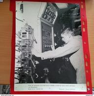 GRANDE PHOTO POSTE DE MANOEUVRE D UN TUBE LANCE MISSILES A BORDS DU SOUS MARIN ATOMIQUE LE REDOUTABLE - Guerra, Militares