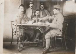 Photo Militaire : Groupe De Soldats à Définir - à L'apéritif - ( Format 9cm X 6,5cm ) - Oorlog, Militair