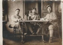 Photo Militaire : 3 Soldats à Définir - Au Rouge - ( Format 9cm X 6,5cm ) - Oorlog, Militair