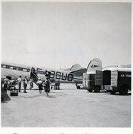 Photo D'hommes Et De Femmes Embarquent Dans Un Vieille Avion UN DC 3  Sur Le Tarmac En Plein Soleil - Aviation