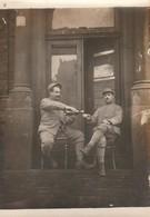 Photo Militaire : 2 Soldats à Définir - Au Rouge - ( Format 9cm X 6,5cm ) - Oorlog, Militair