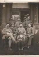 Photo Militaire : Groupe De Soldats à Définir - En Pose Avec Un Enfant - ( Format 9cm X 6,5cm ) - War, Military