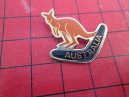 412d PIN'S PINS / Rare Et De Belle Qualité / THEME ANIMAUX : KANGOUROU BOOMERANG AUSTRALIE AUSTRALIA - Animals