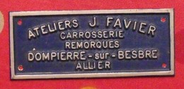 Plaque Métal Publicitaire En Relief. Ateliers J. Favier. Carrosserie Remorques. Dompierre-sur-Besbre. Allier. Vers 1970 - Plaques Publicitaires