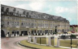 D55 - STENAY - CITE DESVAUX - QUARTIER SAINT-MAURICE - CPSM Dentelée Colorisée Petit Format - Véhicules Anciens - Stenay