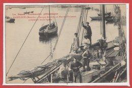 50 - BARFLEUR --  Barque De Pêche Et Marins Pêcheurs Préparant Leurs Lignes - Barfleur