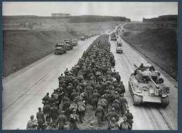 Photo De Presse - Les Véhicules De La 3° Armée Américaine Croisent Les Prisonniers Sur Une Autoroute Allemande - Krieg, Militär