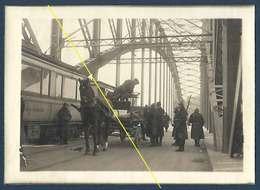 Düsseldorf - Le Pont Gardé Par Les Troupes D'occupation - Contrôle D'une Voiture. - Guerre, Militaire