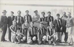 Equipe De Foot-ball 1938 à Identifier - Carte-photo L. Freulon, Photographe à Combrée (Maine-et-Loire 49) - Postcards
