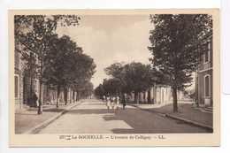- CPA LA ROCHELLE (17) - L'avenue De Colligny (avec Personnages) - Editions Lévy 377 - - La Rochelle