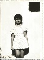 W21-Vintage Photo Snapshot-Shadows Black And White,Girl In White Dress Leaning Against The Wall - Persone Anonimi