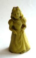 FIGURINE PUBLICITAIRE ESSO 1970 - En Gomme Ou Mousse De Plastique - DISNEY BLANCHE NEIGE - Jaune  Type Glups - Disney