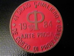 4é DRAIO CAVALIERO DE COSTO DI PROUVENCO ARTE PROCA 1984 Équestre Equitation Plaque De Concours Hippique En Tôle 1984 - Plaques Publicitaires