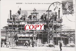 Photo - Train - Gare - DOUAI - La Facade De La Gare En Reconstruction. - Gares - Sans Trains