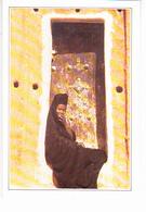 MAURITANIE, OUALATA, Jeune Femme Assise Sur Le Pas De Sa Porte, Maison En Torchis, Editions Editi Service 1990 Environ - Mauritanie