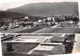 DIVONNE-les-BAINS - Vue Aérienne - La Piscine, La Ville Et Les Monts Du Jura - Divonne Les Bains