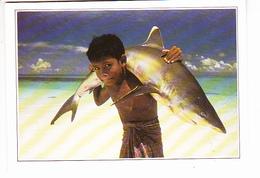 LES MALDIVES (Océan Indien), Jeune Garçon Musulman Portant Un Requin à Pointe Blanche, Ed. Editi Service 1990 Environ - Maldives