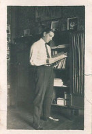 """MEN HOMMES FASHION MODE Handsome Young Man Reading A Book - Photo """"VERY SMALL"""" Snapshot P Format 1940' Gay Int - Personas Anónimos"""