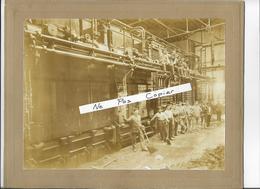 Photo 23x17cm Collée Sur Carton Ouvriers Devant Un Four - Cherbourg ?? 1902 (écrit Au Dos) 50 Manche - Métiers