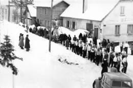 25-VILLERS-LE-LAC- CARNAVAL 1953 LE CORTEGE MONTE DANS LA RUE DE L'EGLISE - France