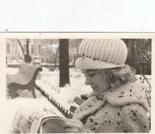 UKRAINE. #1552  A PHOTO. BEAUTIFUL GIRL READS A NEWSPAPER. *** - Proyectores De Cine