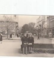 UKRAINE. #1561  A PHOTO. KIEV. CITY CENTER, KIOSKI. GIRLS. *** - Proyectores De Cine