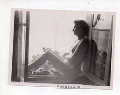 REF PHOR : Photo Originale  10 X 7 Libellée FOURAS  Septembre 1950 Pin Up Au Bord De La Fenêtre - Lugares
