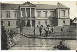 SAINT-BRIEUC  Pendant La Guerre Le Palais De Justice Prisonniers Allemands à La Réfection Des Pelouses Du Jardin Public, - Saint-Brieuc