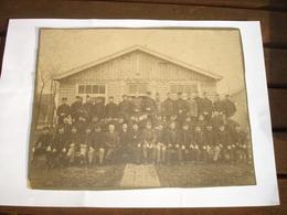 MILITARIA - GRANDE PHOTO GROUPE DE SOLDATS AVEC AUMONIER ( ABL ARMEE BELGE BELGISCHE LEGER ) - CASERNE A IDENTIFIER - Guerre, Militaire