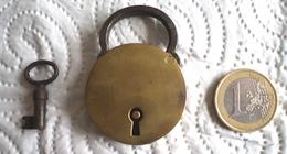 Ancien Petit Cadenas Avec Sa Clé Et Il Fonctionne Diamètre Du Cylindre : 35 Millimètres Bon état Frais De Port En Courri - Popular Art