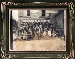 Grande Photo Originale Portrait De Mariés Devant Chez Louise Blanchère Qui Loge à Pied & à Cheval Vers 1900 - Coiffe - Anonymous Persons