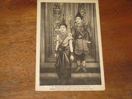 CAMBODGE / Les Deux Premiers Danseuses Royales Du CAMBODGE Devant Une Des Portes Scuptées Et Dorées De La Salle Du Trone - Cambodge